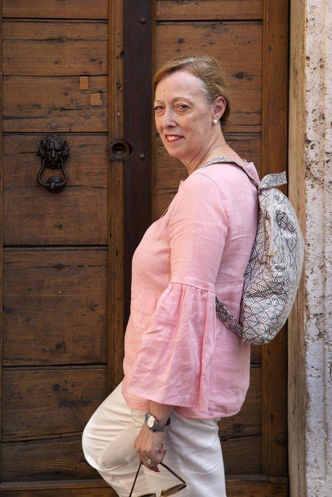claudia e nadia fabricup - donna con zaino davanti alla porta
