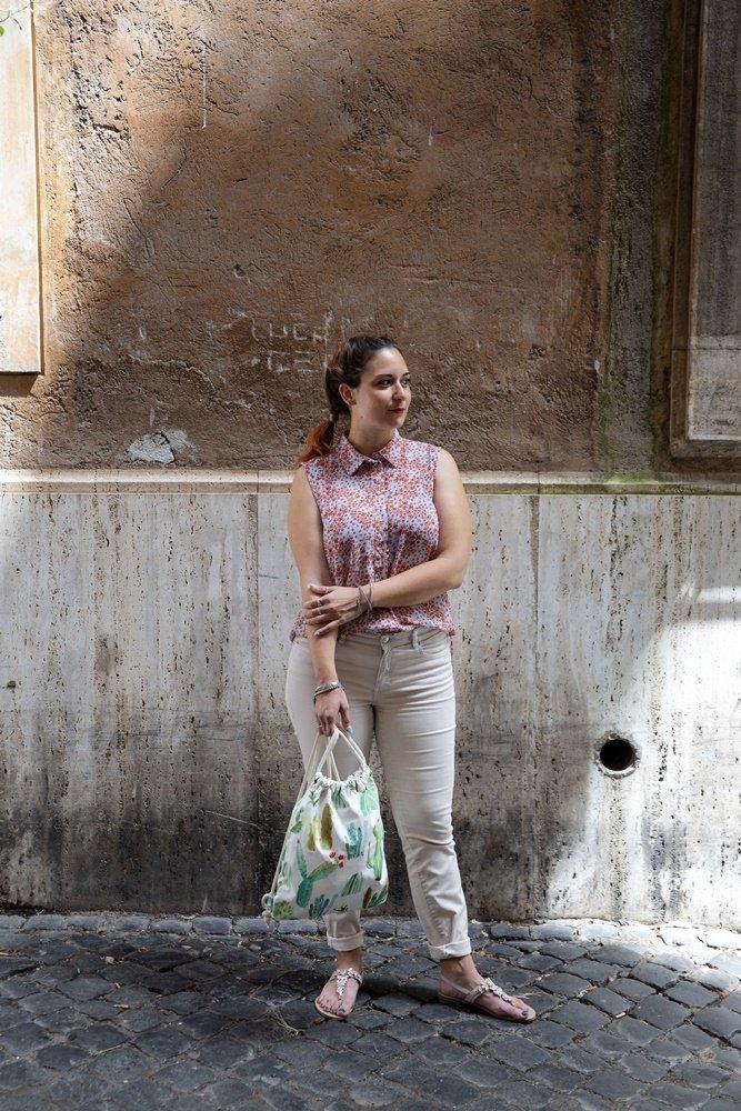 claudia e nadia fabricup - ragazza con zaino in mano in città